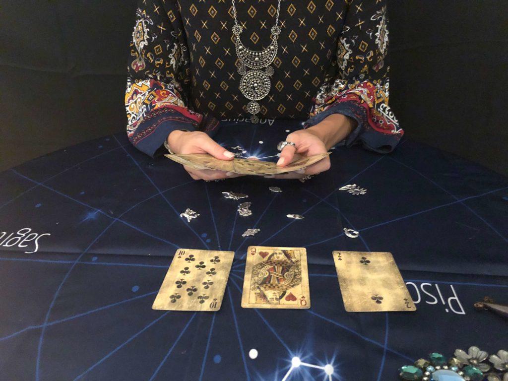 voyante dans les cartes